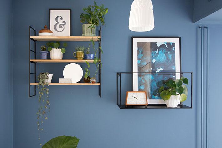 blauwe muur met wandrekjes