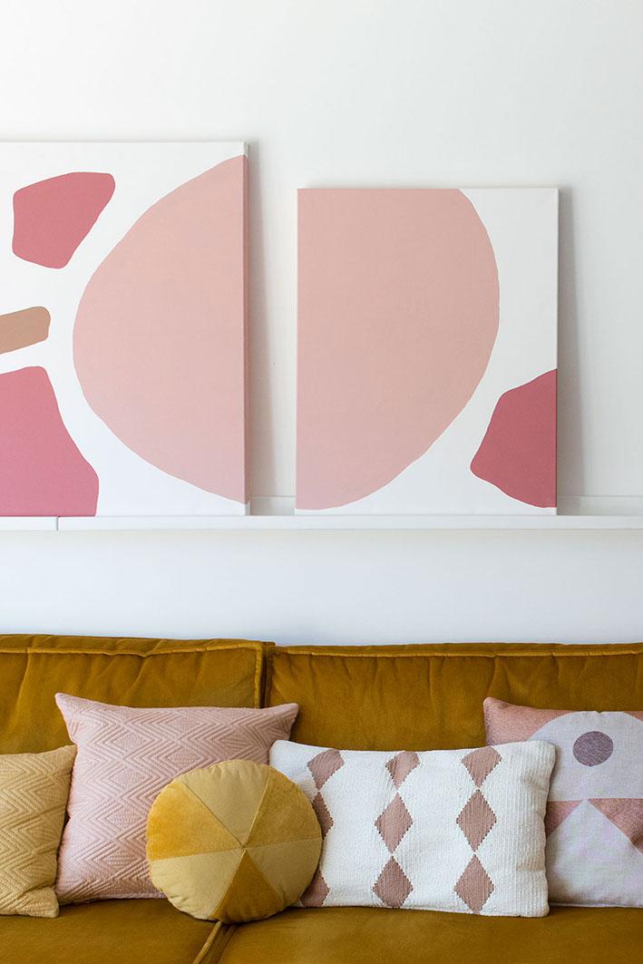 roze in de woonkamer
