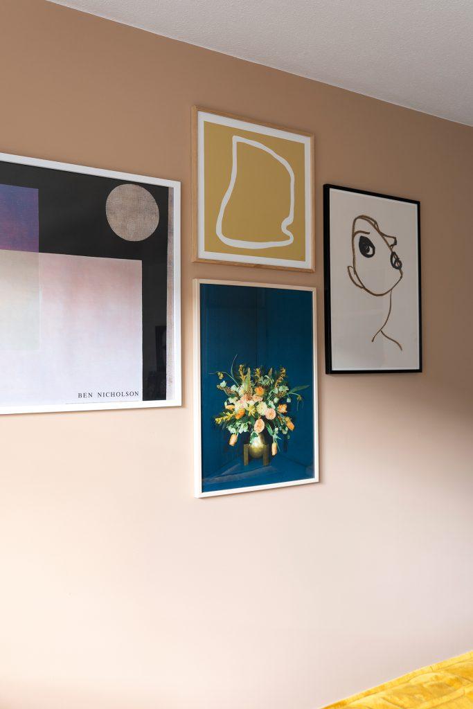 posters aan de muur