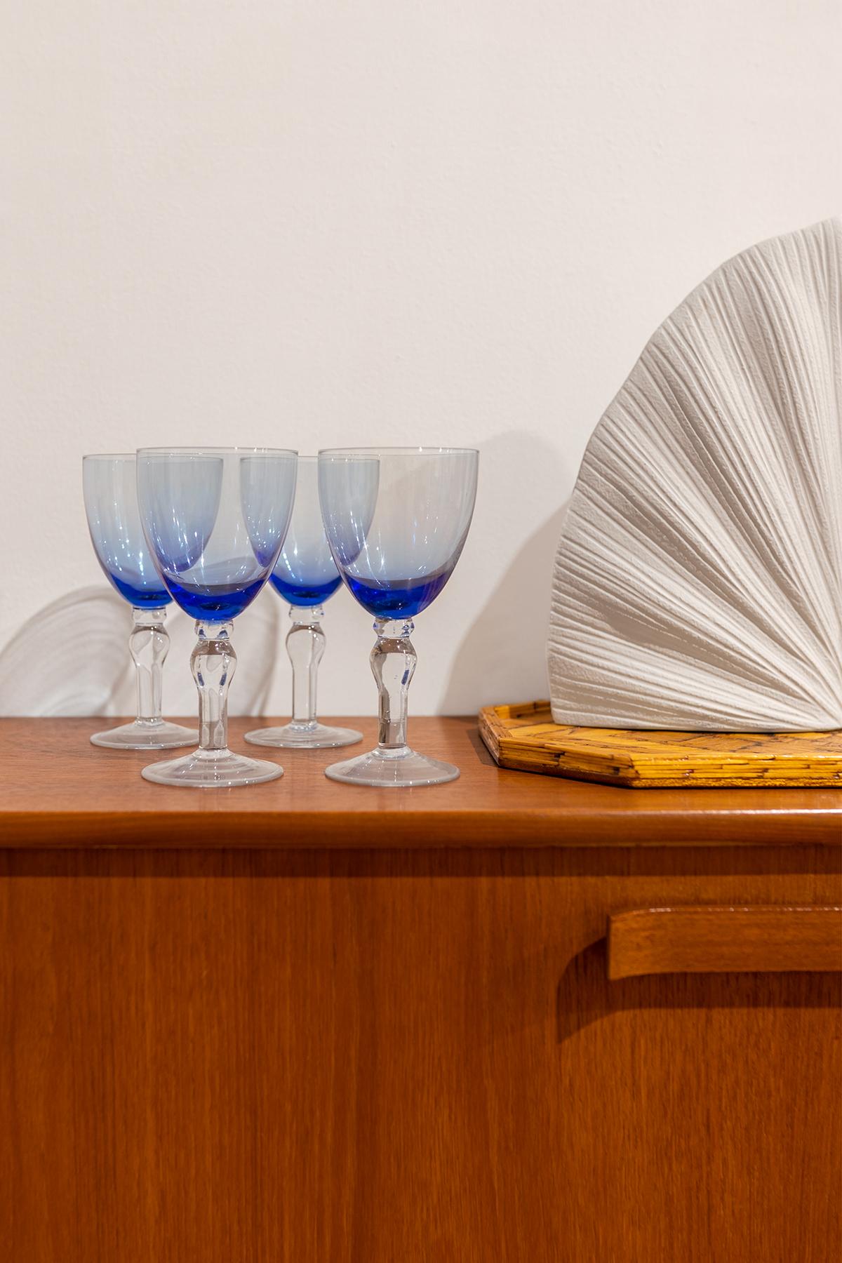 blauwe wijnglazen